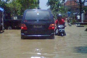 Sumber : http://www.medantalk.com/foto-banjir-medan-di-jalan-sei-padang/